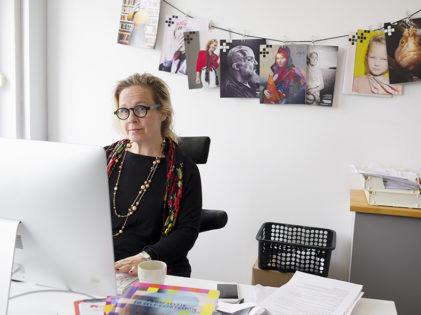 Kvinna i arbete på kontor