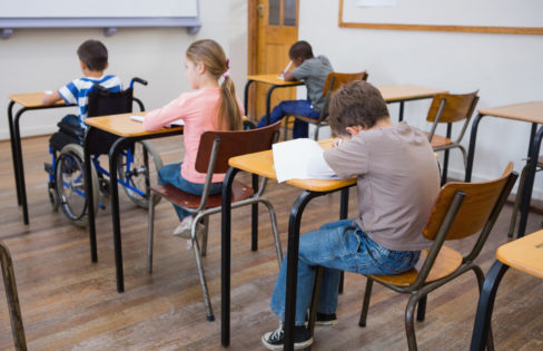 Klassrum där en en elev använder rullstol