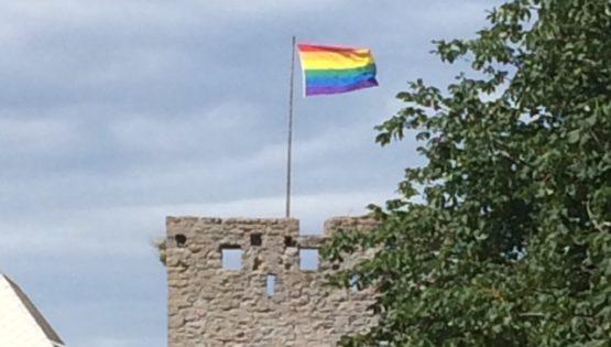 Österport i Visby med vajande regnbågsflagga