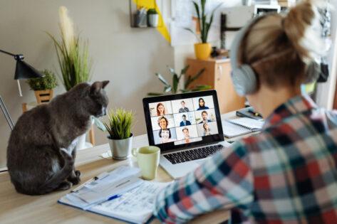 En person sitter och arbetar vid datorn